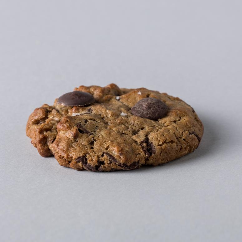 עוגיית ג'מבו שוקולד צ'יפס מריר-חלב
